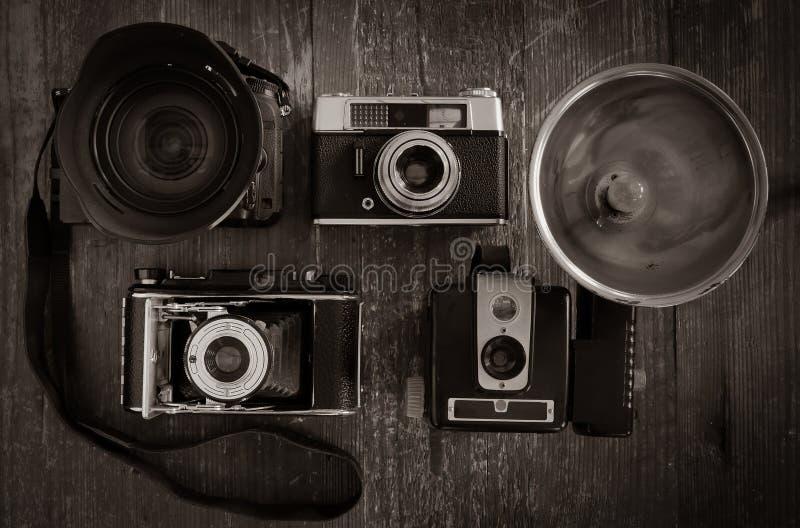 Wybór rocznika filmu kamery z jeden nowożytnym DSLR fotografia royalty free