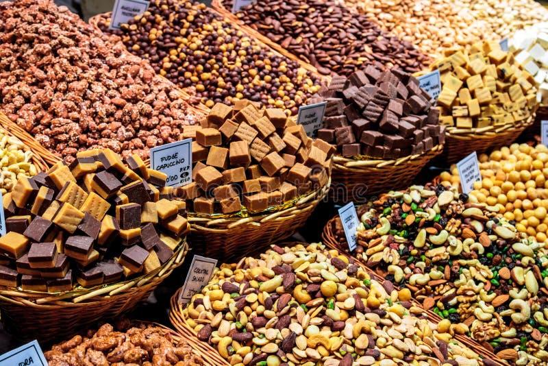Wybór słodki fudge i wysuszone owoc fotografia stock