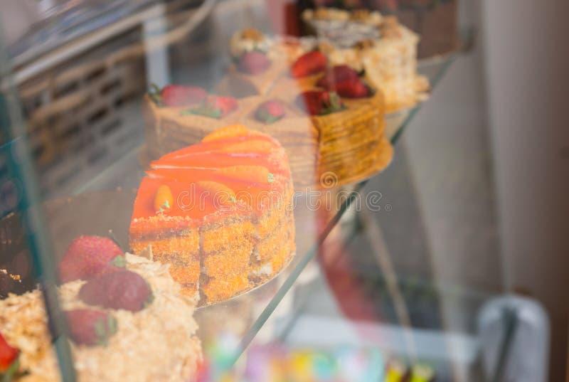 Wybór smakosz zasycha w piekarni okno zdjęcia stock