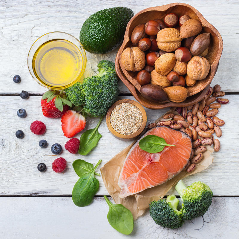 Wybór zdrowy jedzenie dla serca, życia pojęcie obraz stock