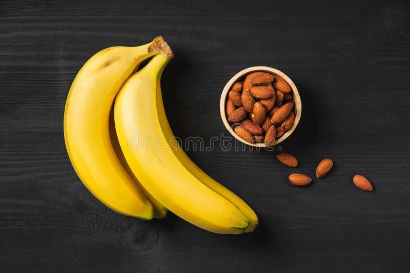 Wybór zdrowy jedzenie dla serca Banany i migdał na czerni gooden obraz stock