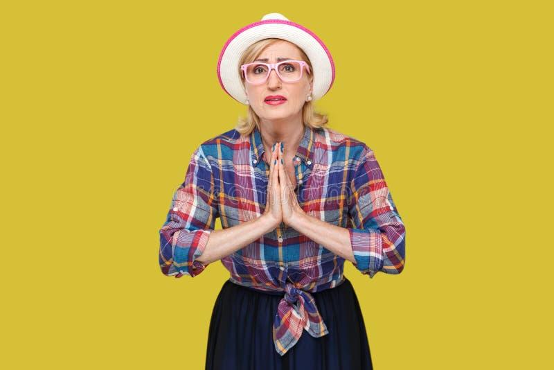 wybacza ja zadawala lub daje ja jeden przygodnemu, portretowi obiecujący dojrzała kobieta w przypadkowym stylu z stać, kapeluszu  fotografia royalty free