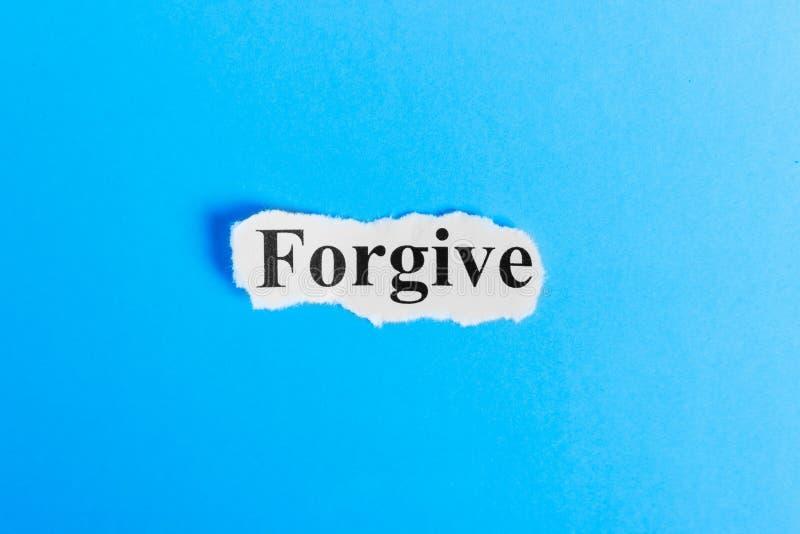 Wybacza tekst na papierze Słowo Wybacza na kawałku papieru com pojęcia figurki wizerunku odpoczynku dobra trwanie tekst fotografia royalty free