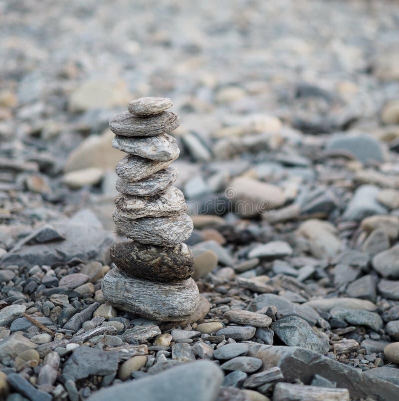 Wybiórka ostrości sztaplowania kamienie na zamazanym natury tła relaks był harmonią fotografia royalty free