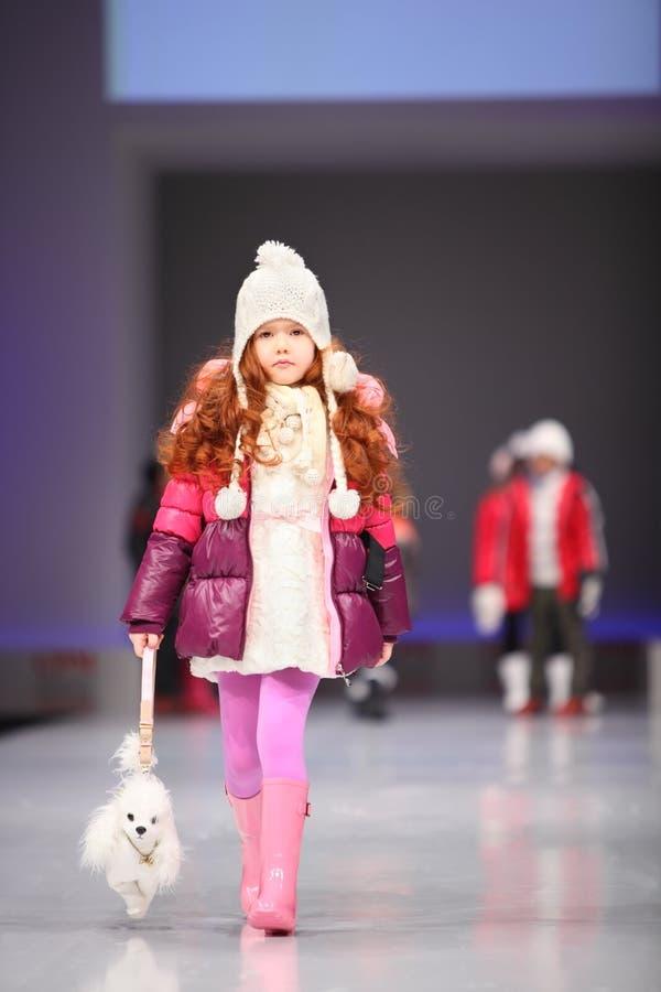 wybiegu dziecka modela niezidentyfikowany spacer obrazy stock