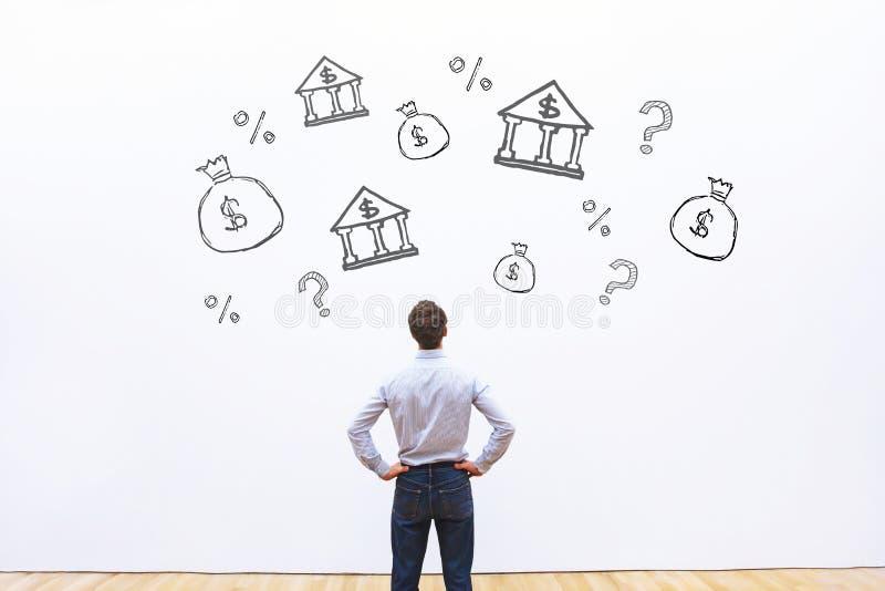 Wybierać banka dla kredyta lub pożyczki, biznesowego mężczyzna porównywać obraz royalty free