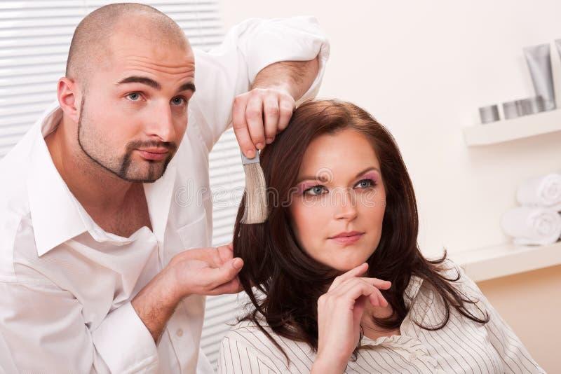 wybiera koloru barwidła włosianego fryzjera profesjonalisty fotografia stock