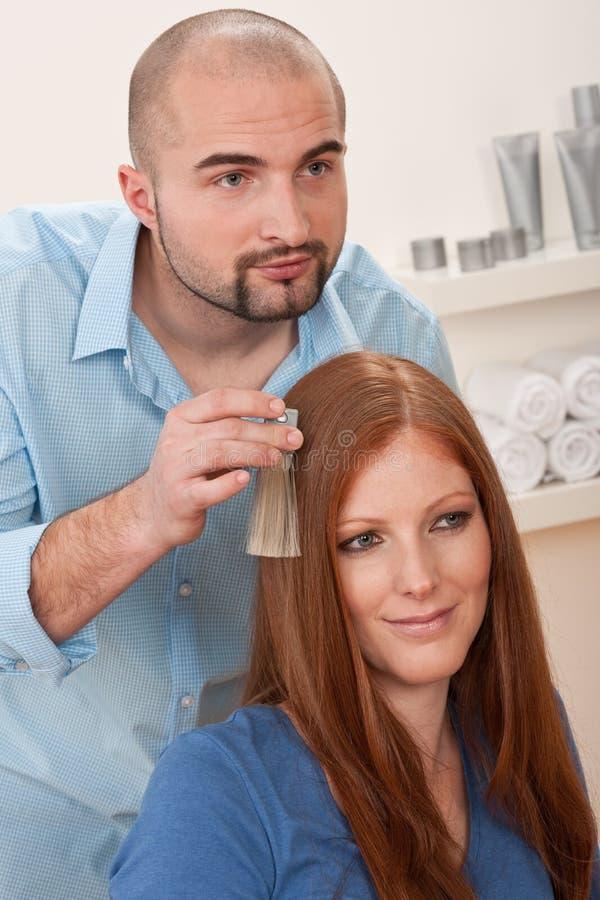 wybiera koloru barwidła włosianego fryzjera salon obrazy stock
