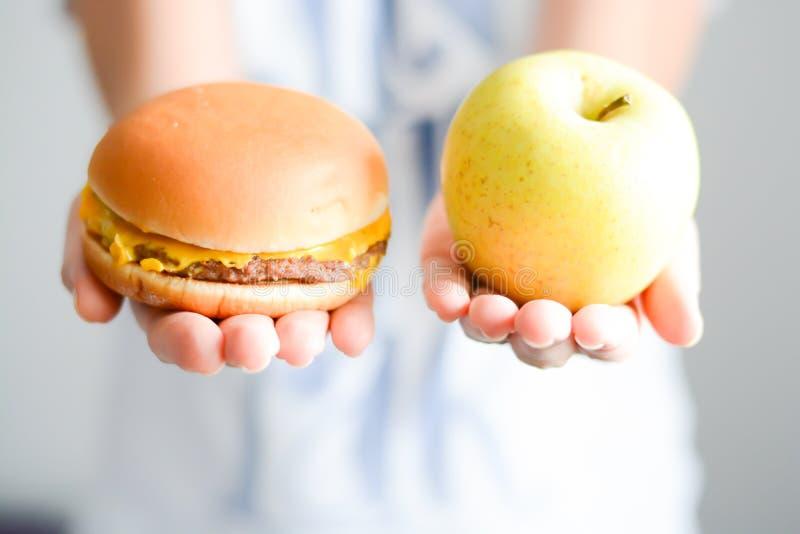 Wybiera między szybkim żarciem versus zdrowa dieta obrazy royalty free