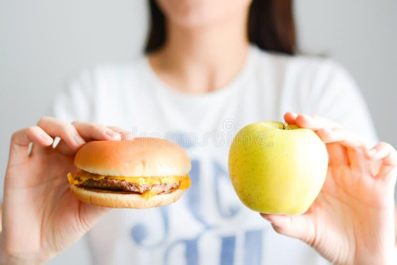 Wybiera między szybkim żarciem versus zdrowa dieta fotografia royalty free