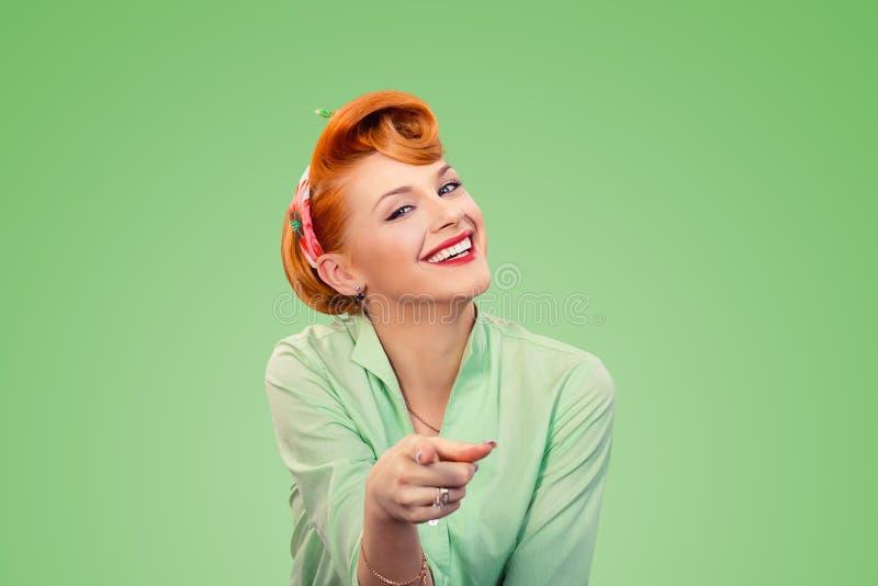 Wybieram ciebie! pinup dziewczyna wskazuje przy tobą kamerę obraz stock