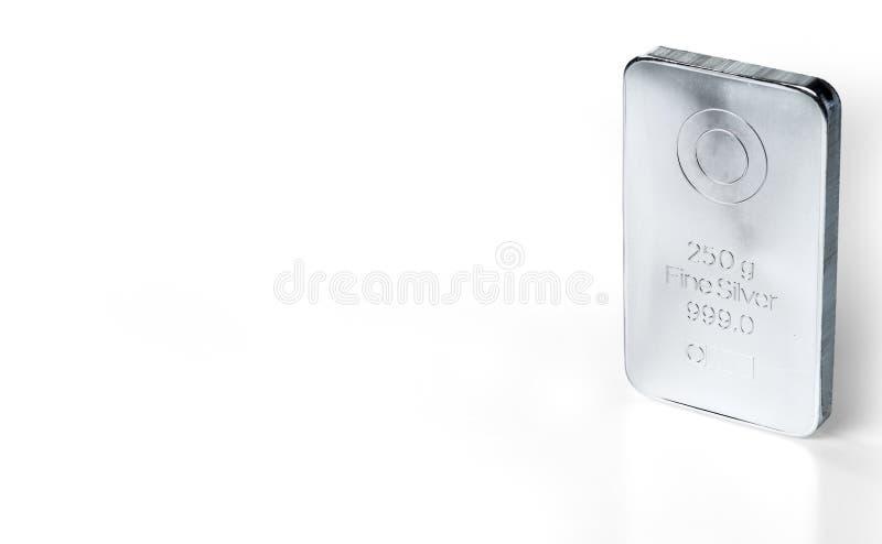 Wybijający monety srebny ingot waży 250 gramów odizolowywających na bielu obraz royalty free