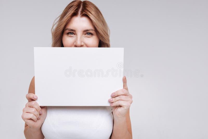 Wybitna jaskrawa kobieta chuje jej uśmiech fotografia stock