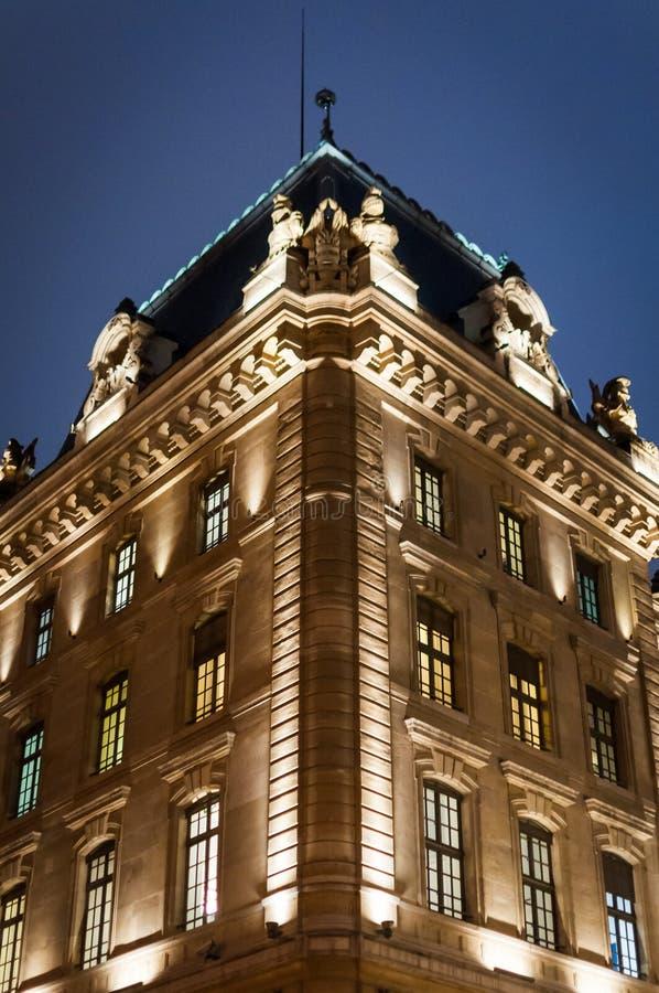 Wyborowa fasada Paryjski architektoniczny budynek przy noc? w Pary? obrazy royalty free