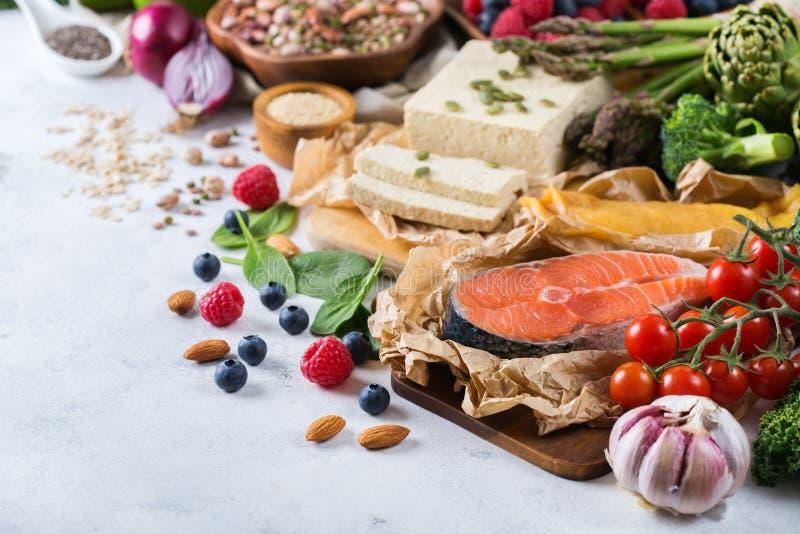 Wyboru asortyment zdrowy zrównoważony jedzenie dla serca, dieta obraz stock