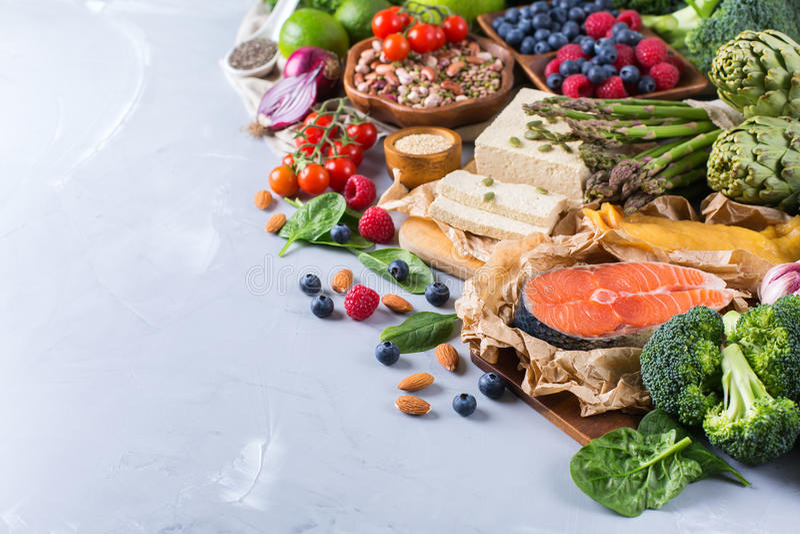 Wyboru asortyment zdrowy zrównoważony jedzenie dla serca, dieta zdjęcia stock