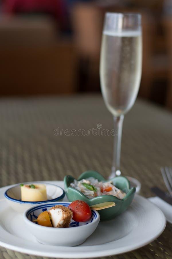 Wyboru gorący i zimny hor d «oeurves i iskrzasty szampan zdjęcia royalty free