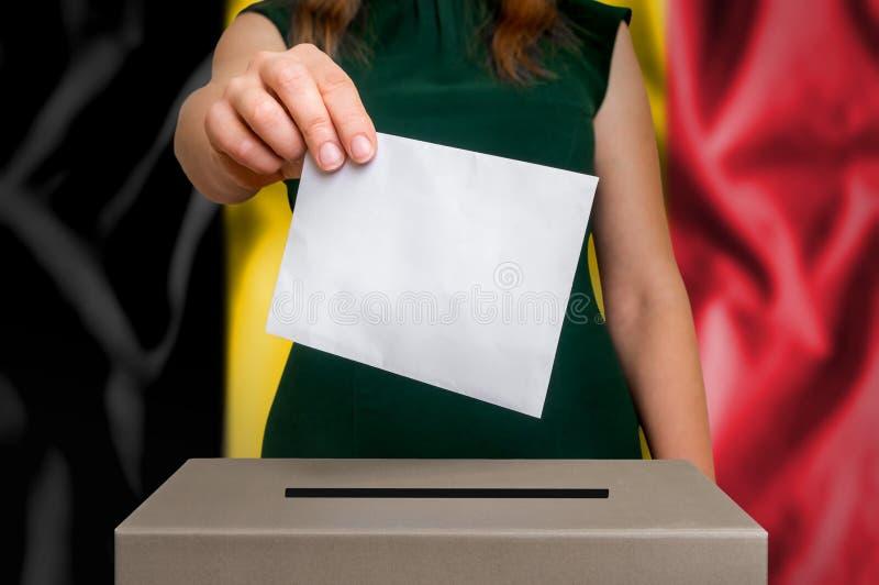 Wybory w Belgia - głosujący przy tajnego głosowania pudełkiem fotografia royalty free