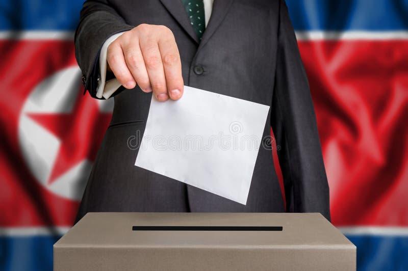 Wybory w Północnym Korea - głosujący przy tajnego głosowania pudełkiem fotografia royalty free