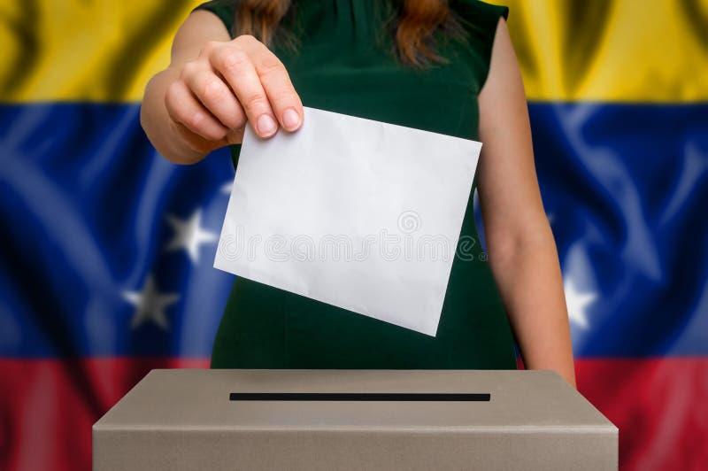 Wybory w Wenezuela - głosujący przy tajnego głosowania pudełkiem obrazy stock