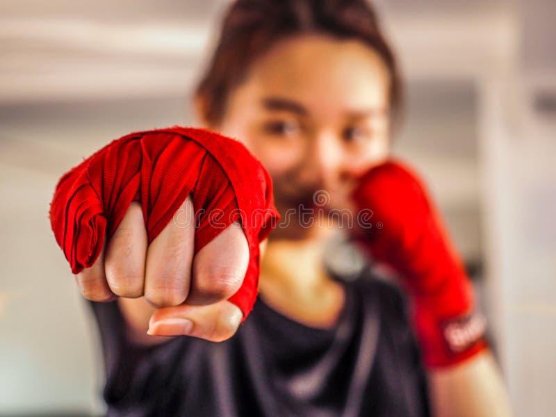 Wybrana ostrość młody piękny kobiety noszą czerwona Tajlandzka boks taśma gotowa dla uderzać pięścią fotografia royalty free