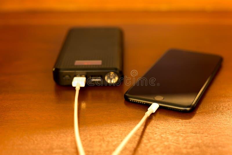 Wybranej ostrości zewnętrznie bateryjny ładuje telefon komórkowy zdjęcie stock