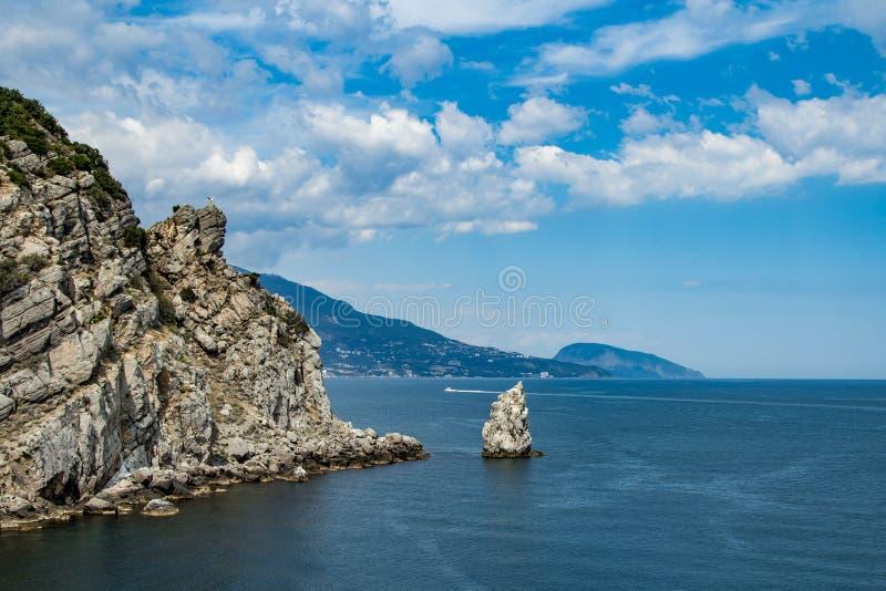 Wybrzeże Czarny morze, Crimea Widok z światła dziennego niebem z łodzią na horyzoncie i błękitne wody zdjęcia stock
