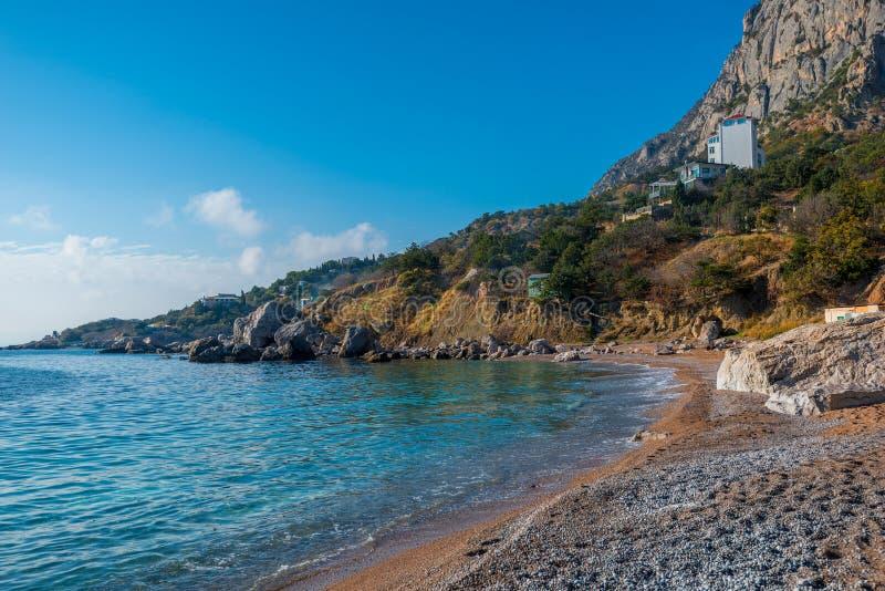 Wybrzeże denna zatoka, otaczający górami zdjęcia royalty free