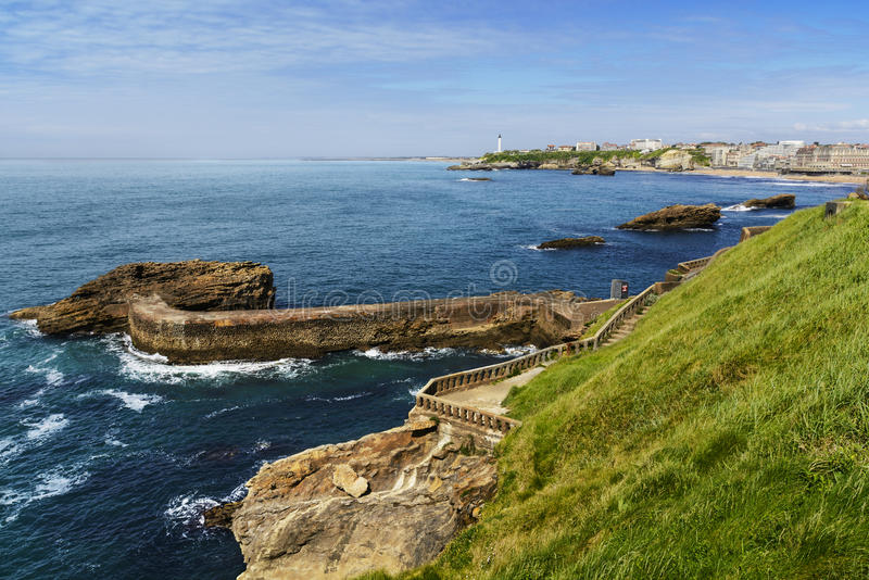 Wybrzeże i latarnia morska Biarritz podczas słonecznego dnia, Francja fotografia royalty free