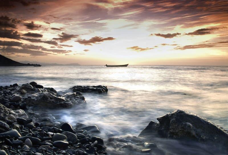 wybrzeże nad skalistym zmierzchem obrazy royalty free