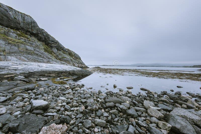 Wybrzeże w Norwegia, Geitoya składać się z zupełnie skały i kamienie obraz stock