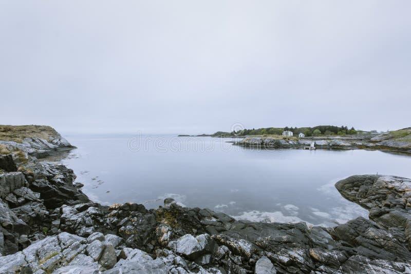Wybrzeże w Norwegia składać się z zupełnie skały i kamienie fotografia royalty free