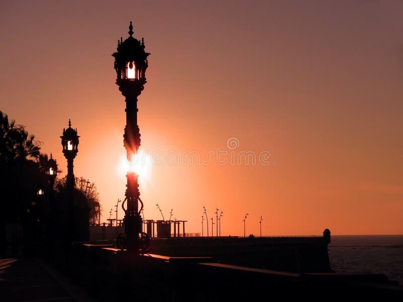Wybrzeże z lampposts przy zmierzchem obraz stock