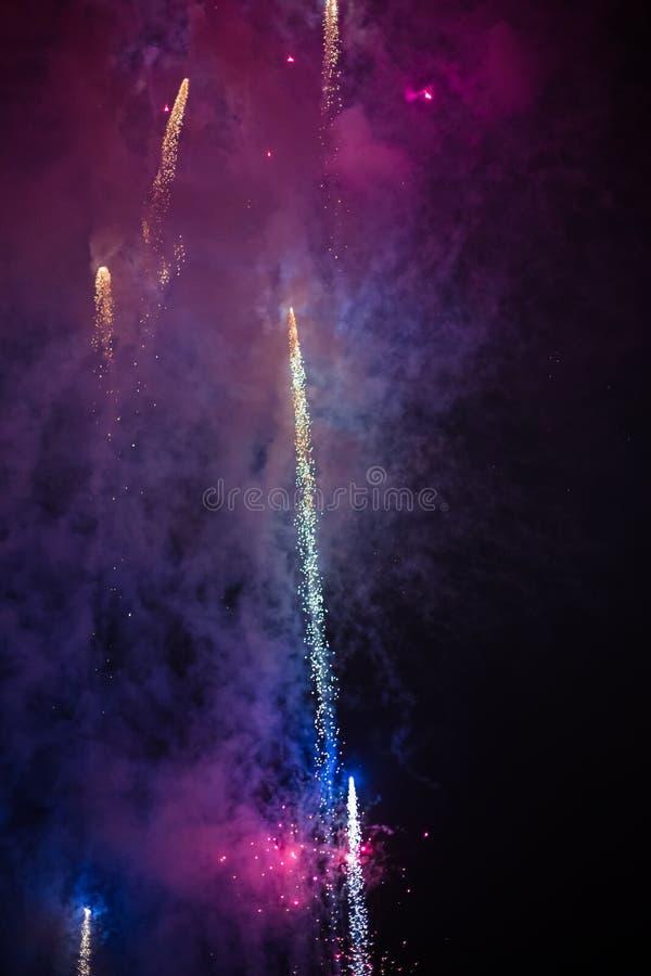 Wybuchowi i kolorowi wakacyjni fajerwerki przy nocnym niebem zdjęcia royalty free