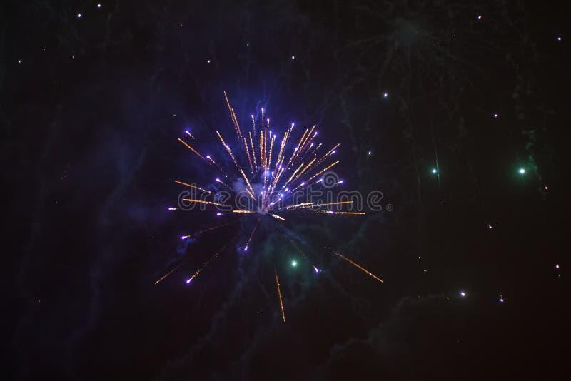 Wybuchowi i kolorowi wakacyjni fajerwerki przy nocnym niebem zdjęcia stock