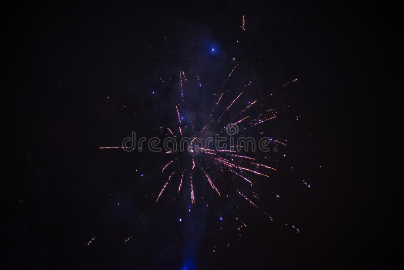 Wybuchowi i kolorowi wakacyjni fajerwerki przy nocnym niebem obrazy royalty free