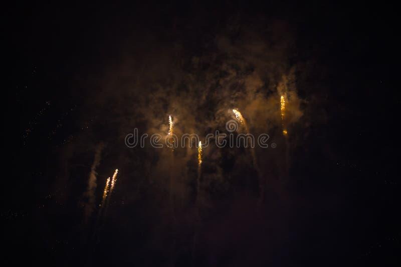 Wybuchowi i kolorowi wakacyjni fajerwerki przy nocnym niebem fotografia stock