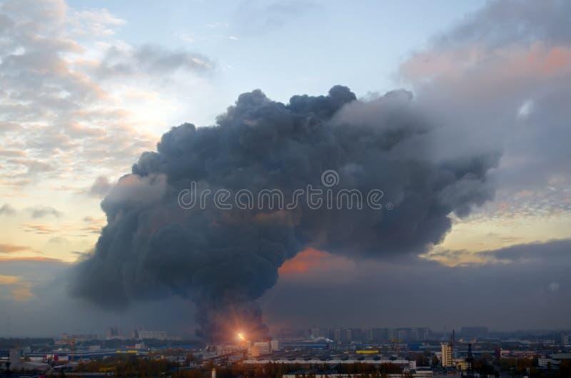 Wybuchu czerni pożarniczy dym w fabrycznym przemysle w mieście obrazy stock