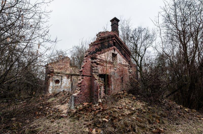 Wyburzający cegła dom obraz royalty free