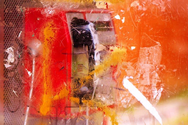 Wyburzający i niszczący jawnego telefonu budka na ulicie obrazy stock