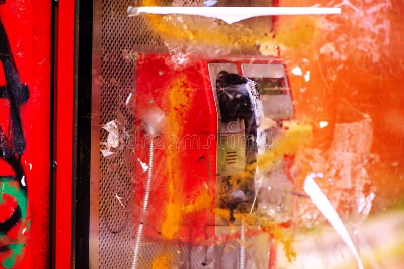 Wyburzający i niszczący jawnego telefonu budka na ulicie fotografia stock