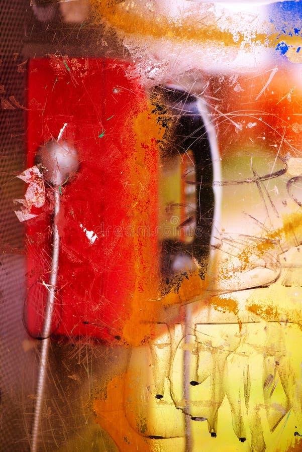 Wyburzający i niszczący jawnego telefonu budka na ulicie obraz stock