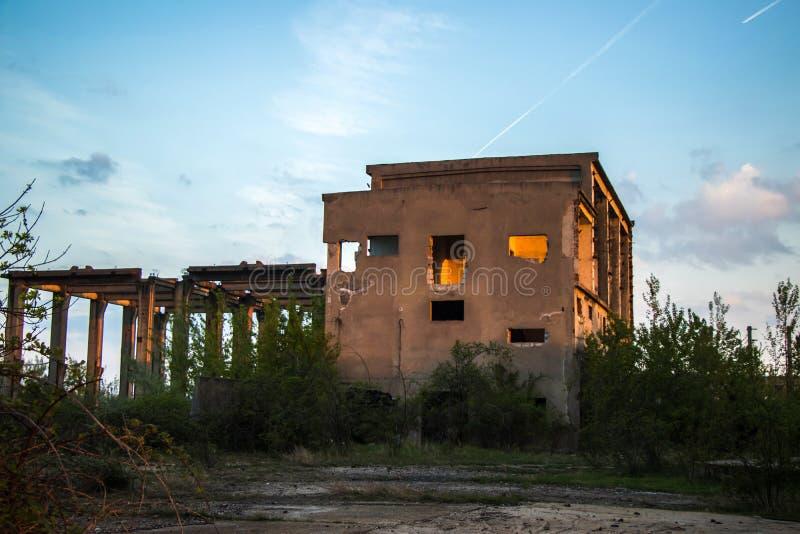 Wyburzający stary przemysłowy budynek fotografia royalty free