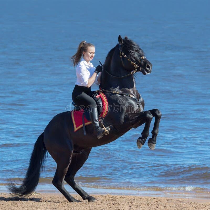Wychów młoda kobieta na plaży i obrazy royalty free