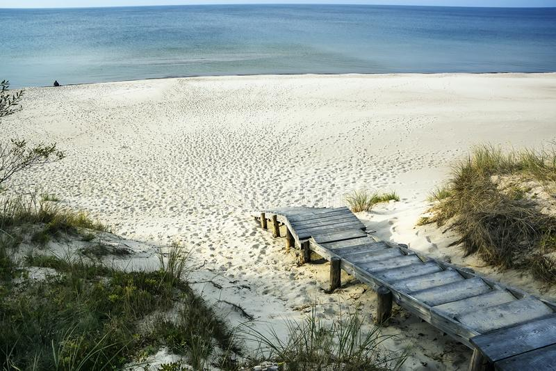 Wychodzi na drewnianej drabinie morze z śnieżnobiałym piaskiem zdjęcie royalty free
