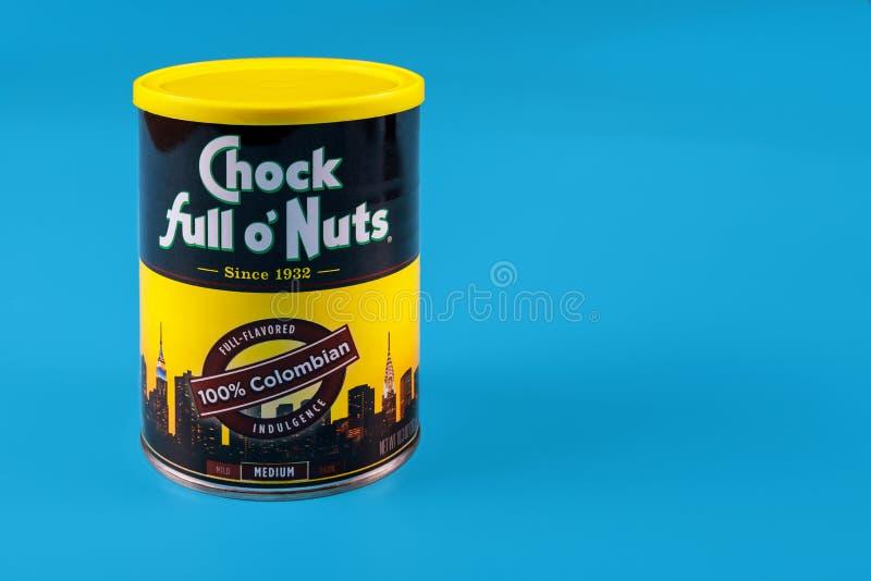Wyciąć orzechy, metalowe pudełko na kawę na niebieskim tle obraz stock