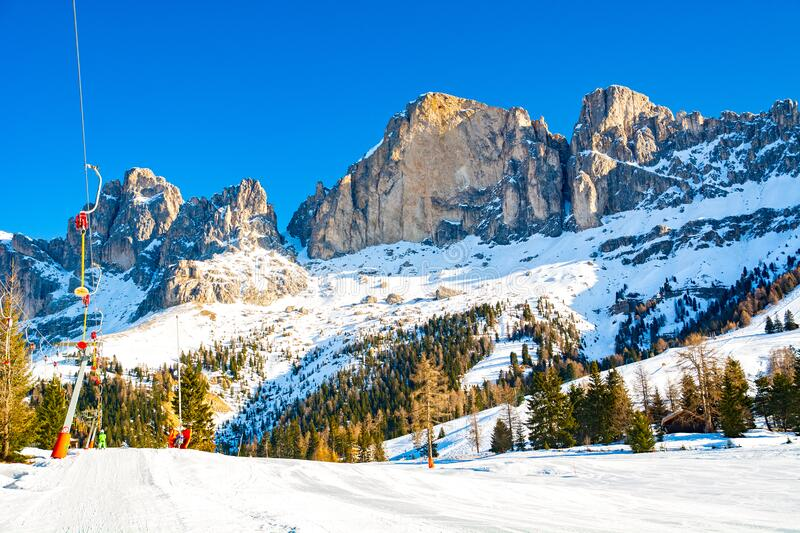 Wyciąg narciarski i nachylenie w górach Dolomites, Włochy fotografia royalty free