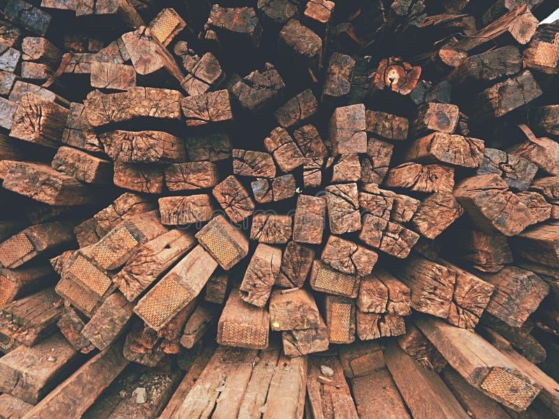 Wyciągani starzy drewniani krawaty w zapasie Starzy oliwiący używać dębowi kolejowi tajni agenci przechujący po odbudowy zdjęcie royalty free