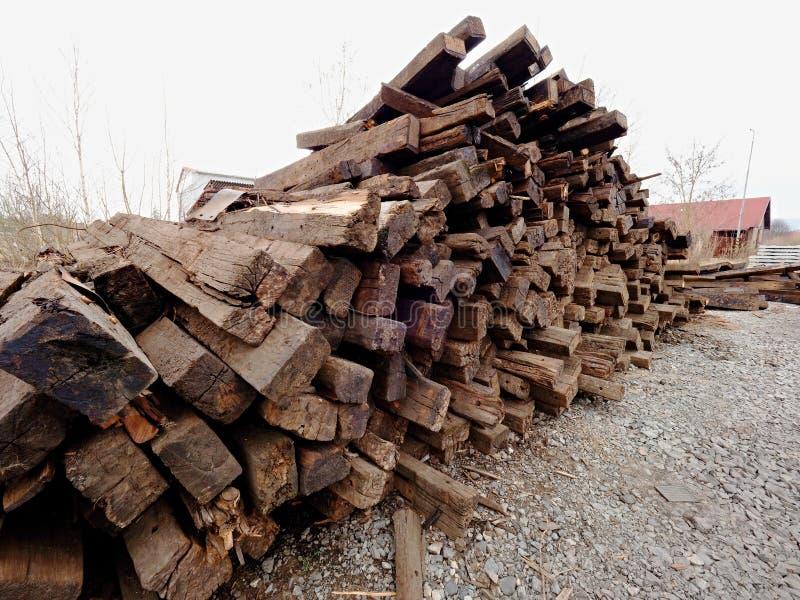 Wyciągani starzy drewniani krawaty w zapasie Starzy oliwiący używać dębowi kolejowi tajni agenci przechujący po odbudowy obraz stock