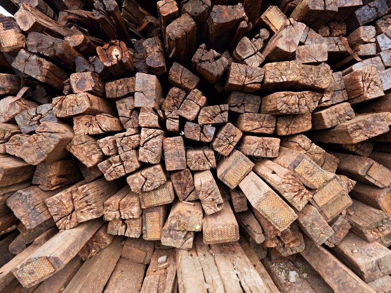 Wyciągani starzy drewniani krawaty w zapasie Starzy oliwiący używać dębowi kolejowi tajni agenci przechujący po odbudowy zdjęcia stock